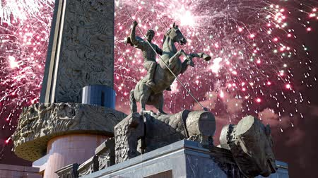 összetett : Fireworks over the Monument to Saint George slaying a dragon on Poklonnaya hill in Victory Park, Moscow, Russia - memorial complex constructed in memory of those who died during the Great Patriotic war