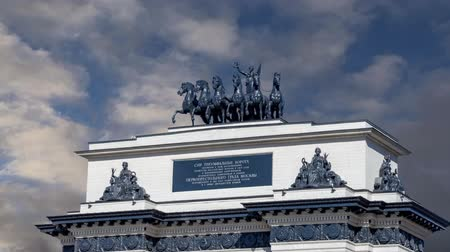 napoleone : Triumphal arch (on the background of moving clouds) on Kutuzov Avenue in Moscow, Russia. This Triumphal Arch was built in honor of the memory of the great Russian victory in 1814 ... ?inscription in Russian. reconstructed here in 1968