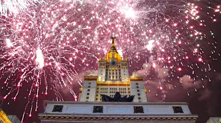 principal : Fireworks over the main building of the Moscow State University on Sparrow Hills, Russia Vidéos Libres De Droits