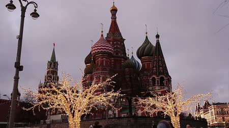 kreml : Saint Basil cathedral (Temple of Basil the Blessed) and Christmas (New Year) decoration, Moscow, Russia. View from Zaryadye Park. Journey to Christmas, Moscow seasons