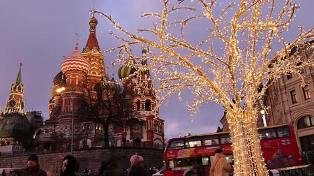 bem aventurança : Saint Basil cathedral (Temple of Basil the Blessed) and Christmas (New Year) decoration, Moscow, Russia. View from Zaryadye Park. Journey to Christmas, Moscow seasons