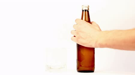 cerveja : Hand pours a beer in a bottle