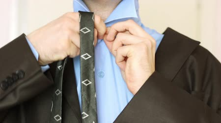 suit and tie : man to tie a tie. time laps