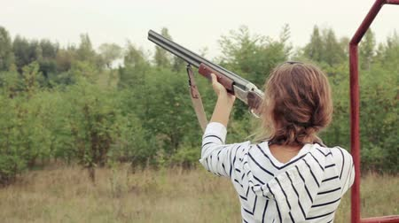 pistola : Bench shooting on plates. Girl shoots on plates