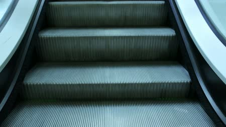 вниз : moving escalator steps down Стоковые видеозаписи