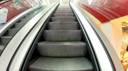 лифт : Rise on the escalator, moving escalator steps Стоковые видеозаписи