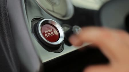 automobilový průmysl : Car driver starting the engine