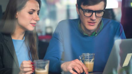radość : Beautiful young woman and man negotiating in a cafe Wideo