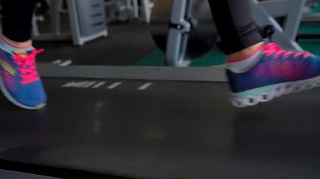 bieżnia : Woman running on treadmill in gym