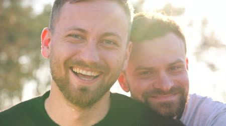 вокруг : Young gay couple having fun at sunset outdoors Стоковые видеозаписи