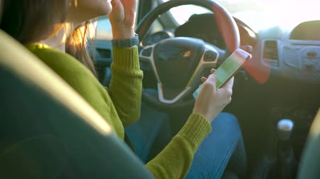 riskantní : Woman in glasses using a smartphone in the car Dostupné videozáznamy