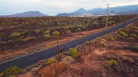 alcatrão : Aerial view of cyclist rider traveling up a desert road