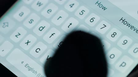 iluminado para trás : Female hands typing or texting with a smartphone. White, back-lit background.