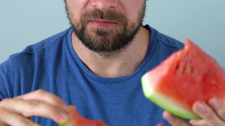 klín : Bearded man eats a juicy watermelon Dostupné videozáznamy