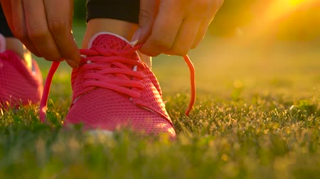 бегун трусцой : Running shoes - woman tying shoe laces Стоковые видеозаписи