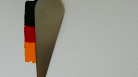 visual : Creating a flag of Germany with acrylic paints and palette knife