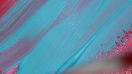 щеткой : Drawing with a paintbrush on white paper with bright pink and blue acrylic paint close up Стоковые видеозаписи