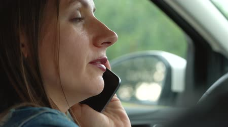dialog : Woman speaks on the smartphone in the car