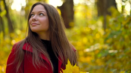 relaks : Beautiful girl walks in the autumn forest and enjoys good weather. Slow motion Wideo