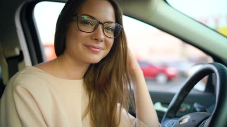 очки : Portrait of a beautiful girl in glasses in the car Стоковые видеозаписи