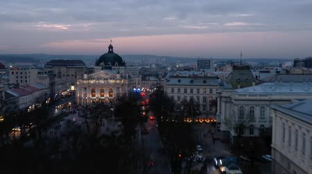 crepúsculo : Aerial view of the historical center of Lviv. Shooting with drone. Hyperlapse in evening