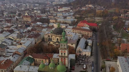 turisták : Aerial view of the historical center of Lviv. Shooting with drone. Hyperlapse Stock mozgókép