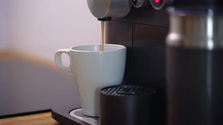 sabah : Home coffee machine prepares a cup of fresh coffee Stok Video