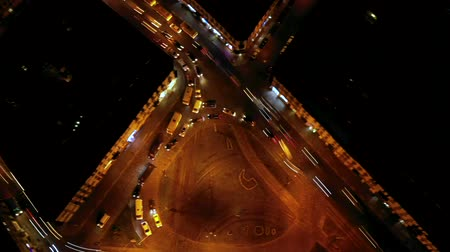 timelapse에 : Hyperlapse of night city traffic on stop street intersection circle roundabout. Aerial view.