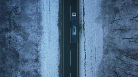 sníh : Aerial view of traffic on the road passing through the winter forest in winter Dostupné videozáznamy