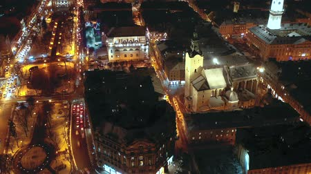 noc : Hyperlapse of night city traffic in the historical center of Lviv, UNESCOs cultural heritage. Aerial view. Wideo