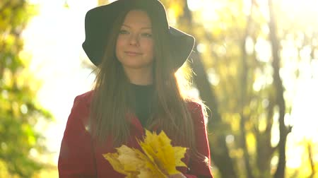 jó : Beautiful girl in black hat walks in the autumn forest and enjoys good weather