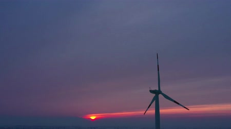 elétrico : Silhouette of energy producing wind turbines at sunset, Poland Stock Footage