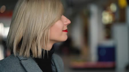 skóra : Portrait of a beautiful blonde girl with red lips. Slow motion
