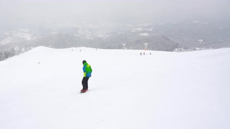 zatáčka : Extreme snowboarder riding fresh powder snow down the steep mountain slope