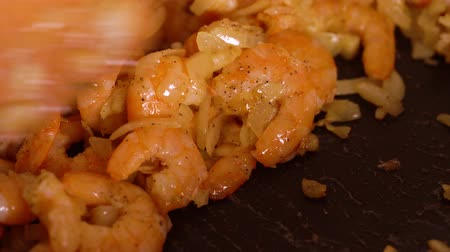 grillowanie : Cooking shrimp in garlic-cream sauce closeup
