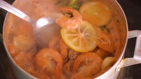 krewetki : Shrimps are cooked in a saucepan with lemon and spices