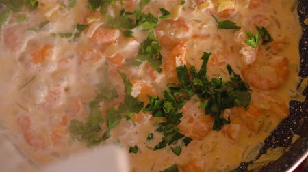 petržel : Cooking shrimp in garlic-cream sauce closeup