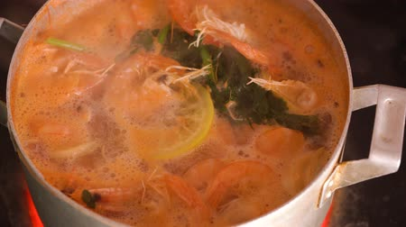 grillowanie : Shrimps are cooked in a saucepan with lemon and spices