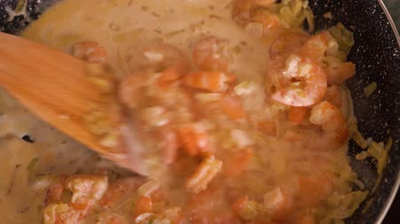 fogão : Cooking shrimp in garlic-cream sauce closeup