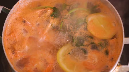 kaynatmak : Shrimps are cooked in a saucepan with lemon and spices
