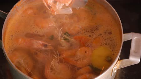przyprawy : Shrimps are cooked in a saucepan with lemon and spices