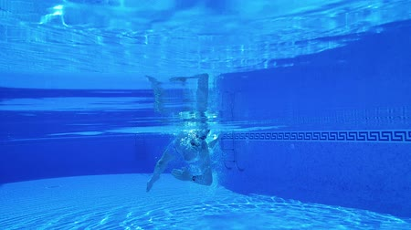 lidské tělo : Underwater shooting as a man swims under the water