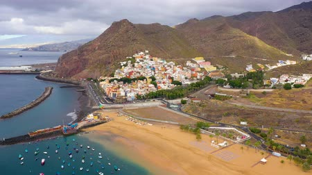 praia : View from the height of the golden sand and the surrounding landscape of the beach Las Teresitas, Tenerife, Canaries, Spain