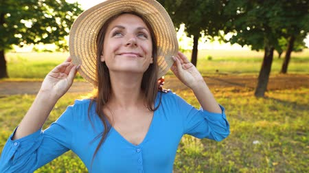sentido : Portrait of pretty woman with hat outdoors in sunny day closeup