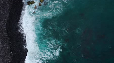 praia : Top view of a deserted black volcanic beach on the Atlantic Ocean. Coast of the island of Tenerife. Aerial drone footage of sea waves reaching shore