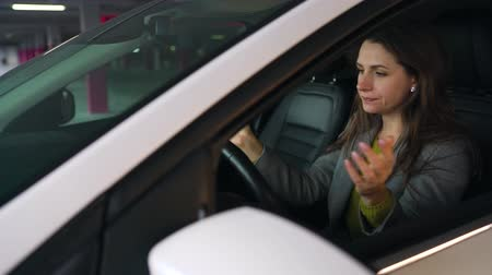 отчаянный : Woman is angry and beating her head on the steering wheel, because her car broke down