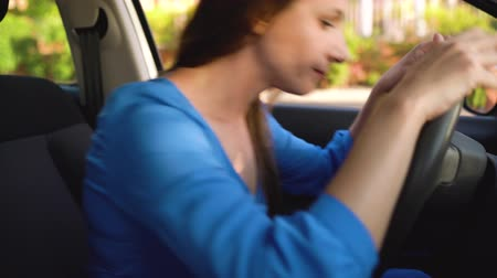 empresária : Woman is angry and upset, because her car broke down Stock Footage