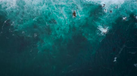 montanhas rochosas : Top view of the ocean surface near the rocky coast off the island of Tenenife, Canary Islands, Spain. Aerial drone footage of sea waves reaching shore