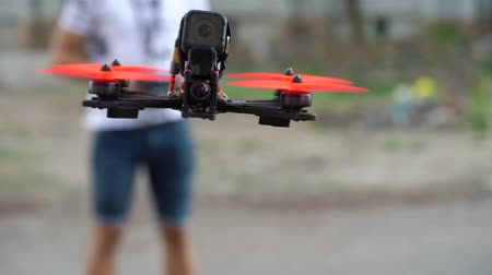 wyscigi : Male pilot manages FPV freestyle drone in flight