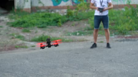 wyscigi : Male pilot manages FPV freestyle drone and does a backflip in the air. Slow motion